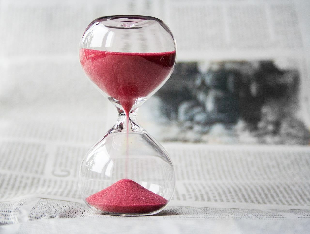 Rinviare a un altro momento, differire, rimandare: Procrastinare